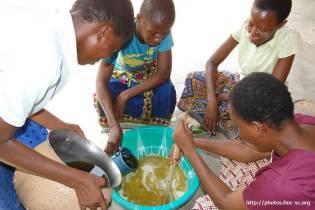 Sr Thérèse-Myriam et les pré postulantes préparent du savon