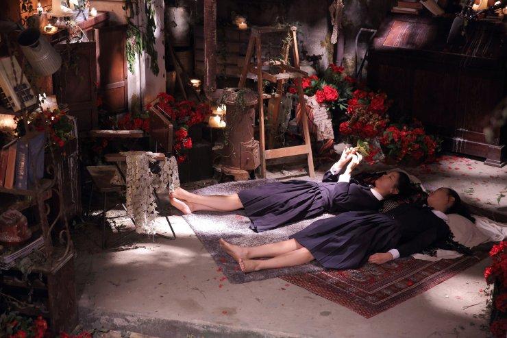 deux étudiantes allongées par terre