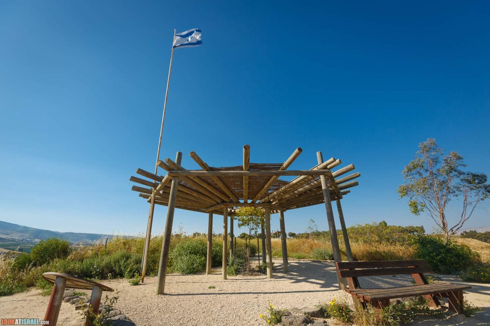 Холм сорванных цветов - Мемориал памяти убитым школьницам в Наараим | LookAtIsrael.com - Фото путешествия по Израилю