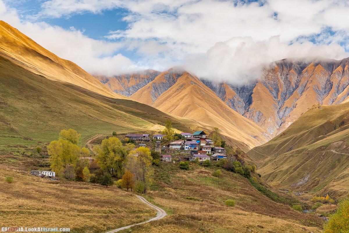 В Казбеги! Сквозь осень, горы и ущелья