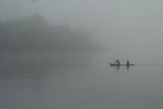 Pesca en la mañana temprano en el Río Xingú. Foto cortesía de Amazon Watch.