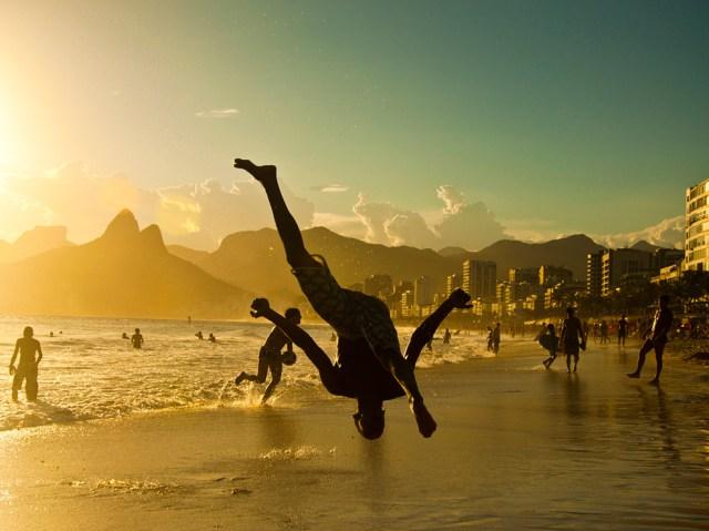 https://i2.wp.com/photos.pouryourheart.com/wp-content/uploads/2018/11/capoeira-ipanema-brazil.jpg?w=640