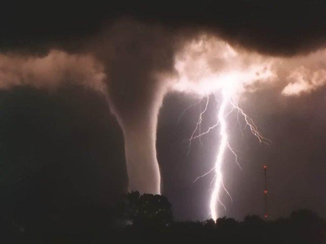 https://i2.wp.com/photos.pouryourheart.com/wp-content/uploads/2018/12/lightning2.jpg?w=640