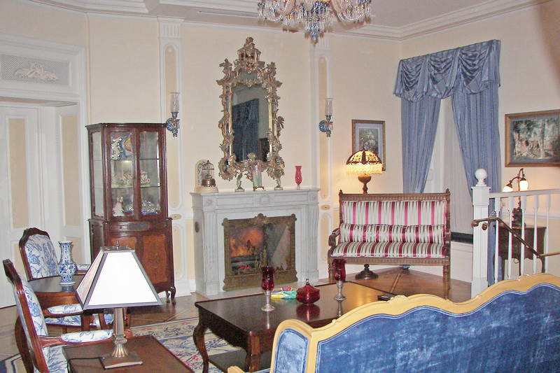 disneyland dream suite 2 living room 1 (2)