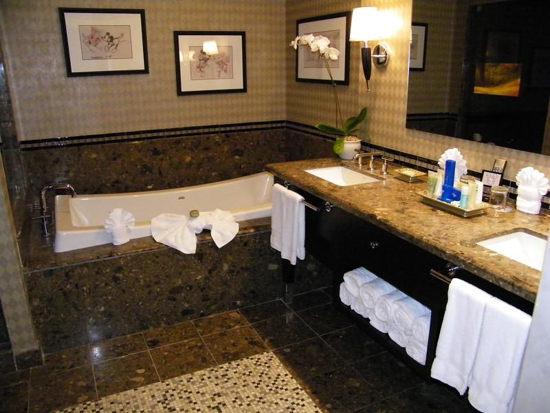 20110602_mickey_mouse_penthouse__disneyland_hotel_5_master (16)