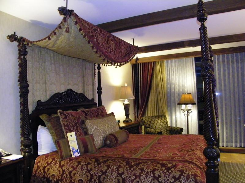 20110602 disneyland hotel pirates of the caribbean suite 3 bedroom 1 (10)