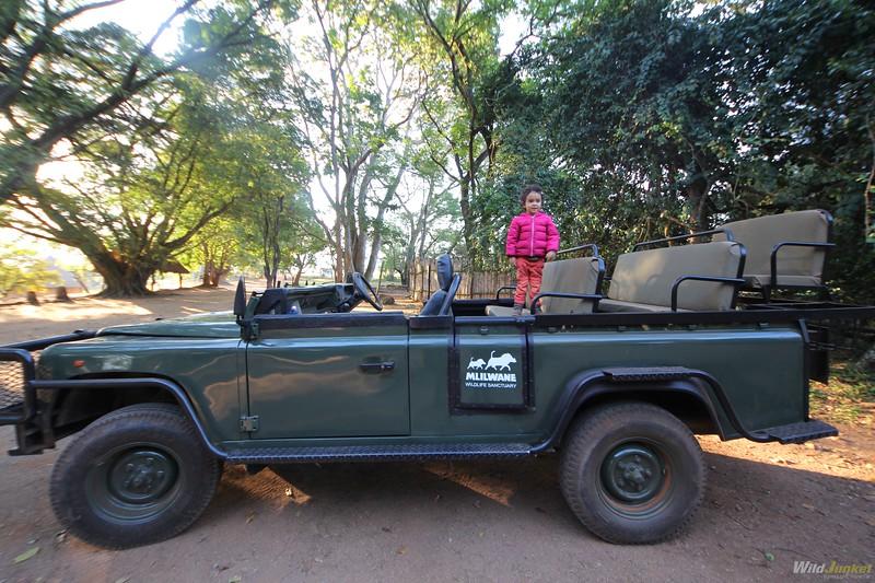 非洲和非洲的男孩一起旅行的时候,卡米拉的自行车