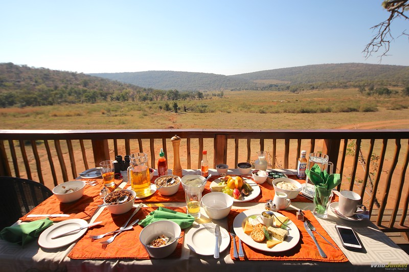 非洲男孩和非洲的孩子在一起吃了早餐