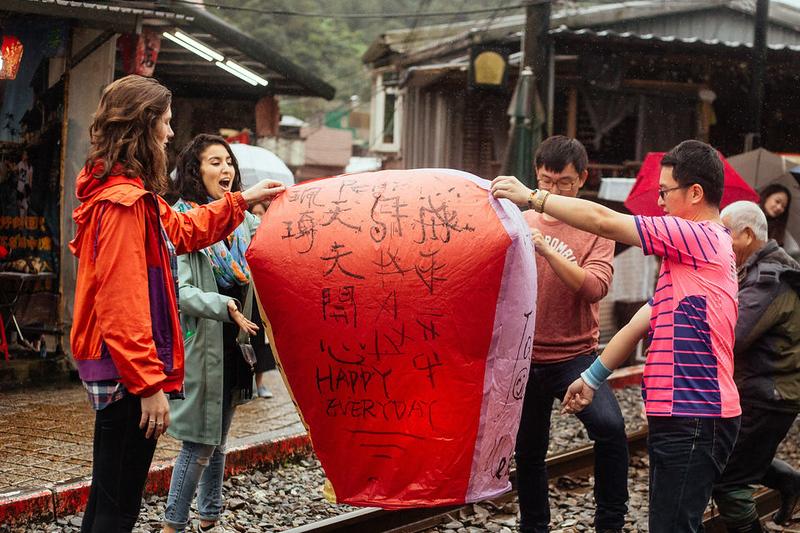 things to do in taipei taiwan - light up sky lanterns in pingxi