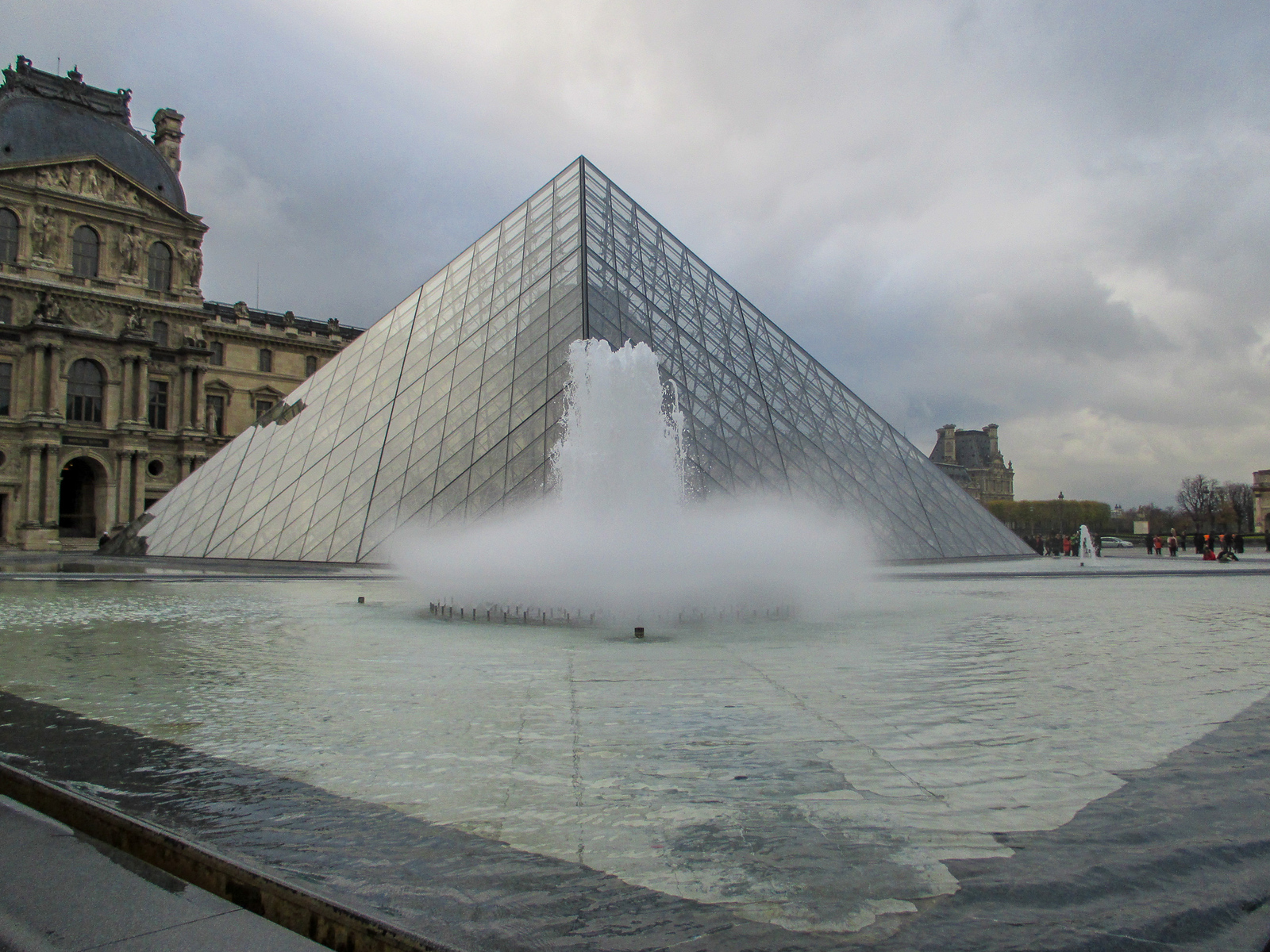 traveling in paris for the first time? you must go to the lourve