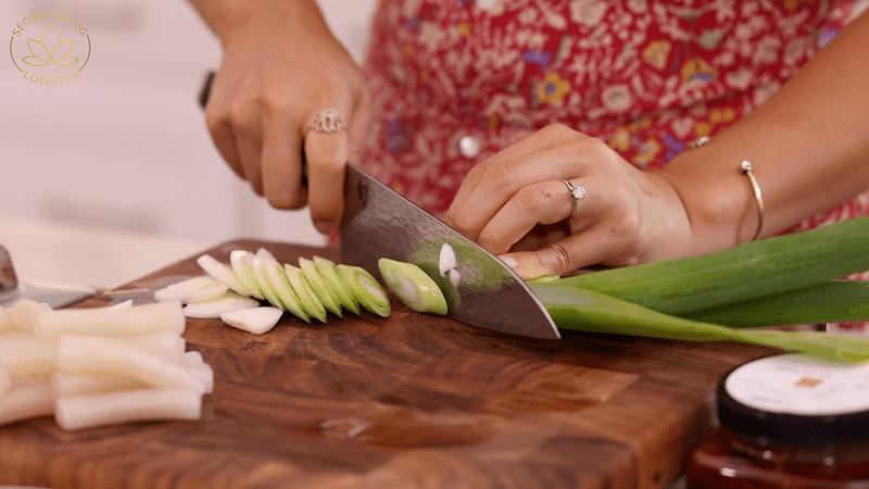Rice Paper Tteokbokki, slicing green onion