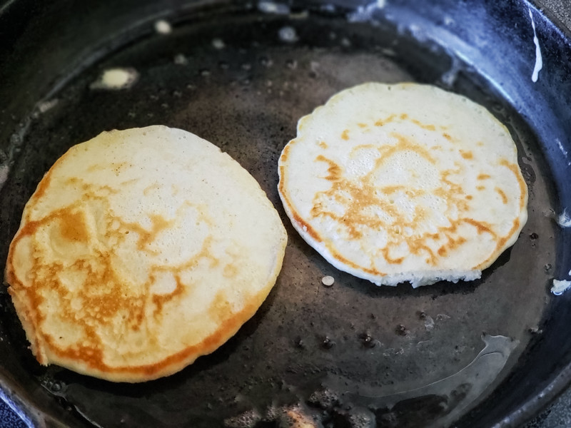 Make these delicious rainy day pancakes to add color to a rainy day! This recipe uses simple ingredients and is perfect for days spent at home with family.