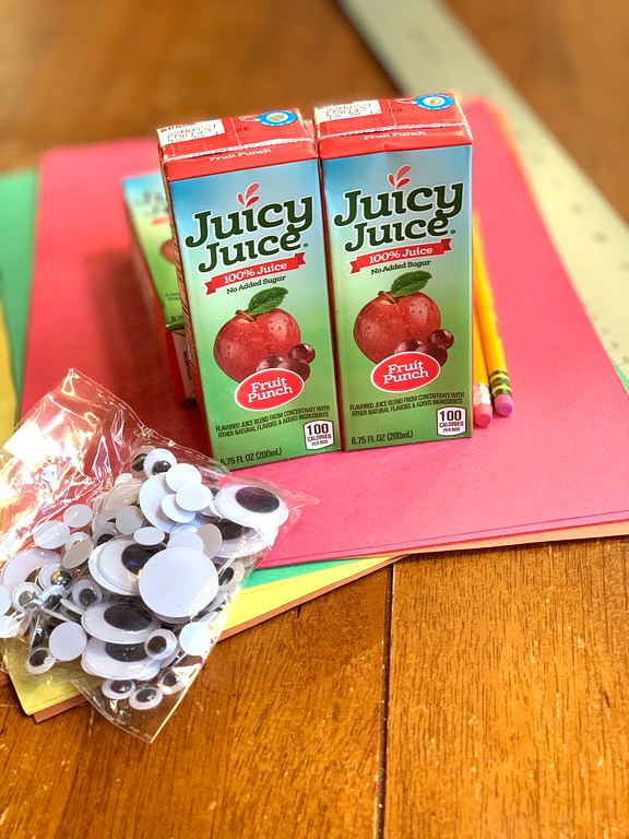 #ad We love making these Turkey Thanksgiving Placeholders out of Juicy Juice juice boxes. And we love our 100% Juicy Juice. #JuicyJuiceCrew
