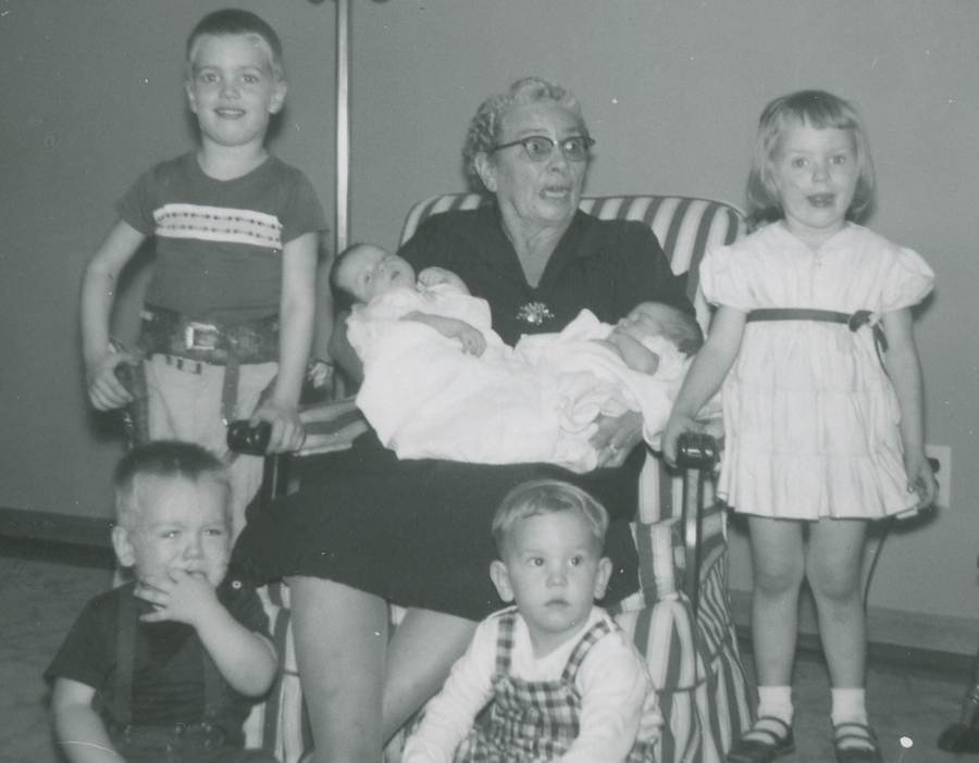 Pearl Zeisler with Oscar's grandchildren, 1953 (photo # sc003_E3-0077, cropped)