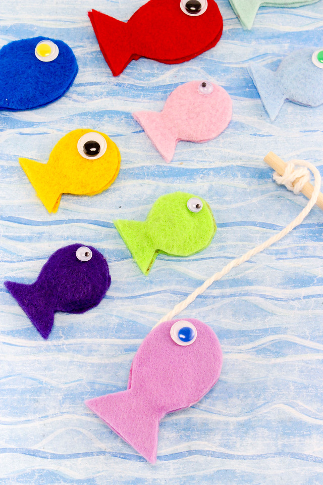 Looking for a fun #DIY craft to do with your kids? This Fun Felt Fishing Game (say that three times fast) is sure to win them over. Catch a big fish! #games