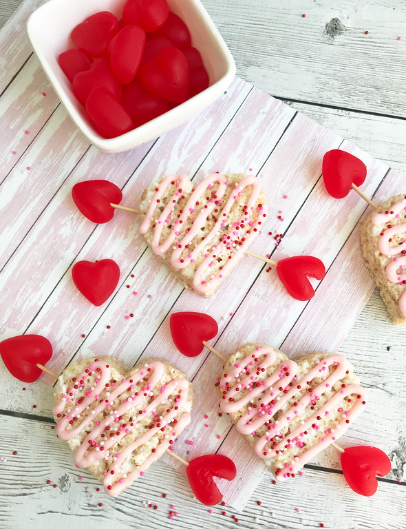 These Cupid's Rice Krispies Treats are adorable! You'll wow your classmates or workmates or party guests! #ValentinesDay