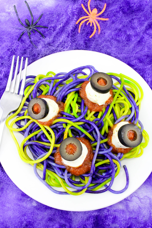 Still planning your Halloween menu? Spooky spaghetti and Eyeballs make a perfect Halloween dinner! Everyone will love this easy to make Halloween Food!