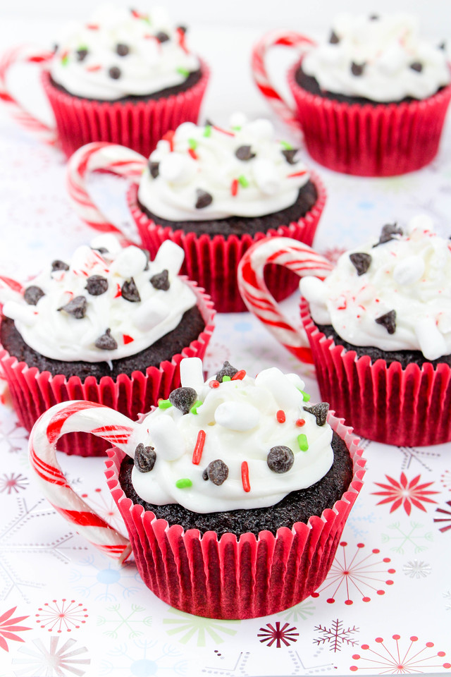These Hot Cocoa Cupcakes are SO easy and such fun. Bring them to the class holiday party, serve them for the holidays, or make them all winter long! #recipe