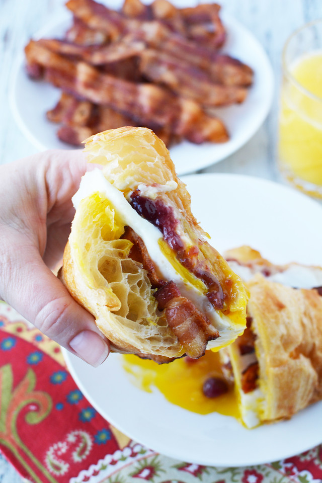 AD In our house, Christmas Brunch is one of those best experiences we have as a family. Enjoy this festive Bacon, Egg & Cranberry Breakfast Sandwich #recipe