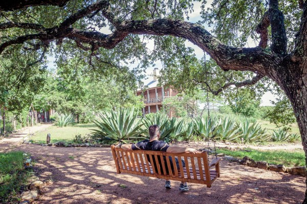 Sage Hill Inn above Onion Creek is located in Kyle, TX just 30 miles outside of Austin. We went for a relaxing long weekend, where we able to relax? Check out our pros & cons.