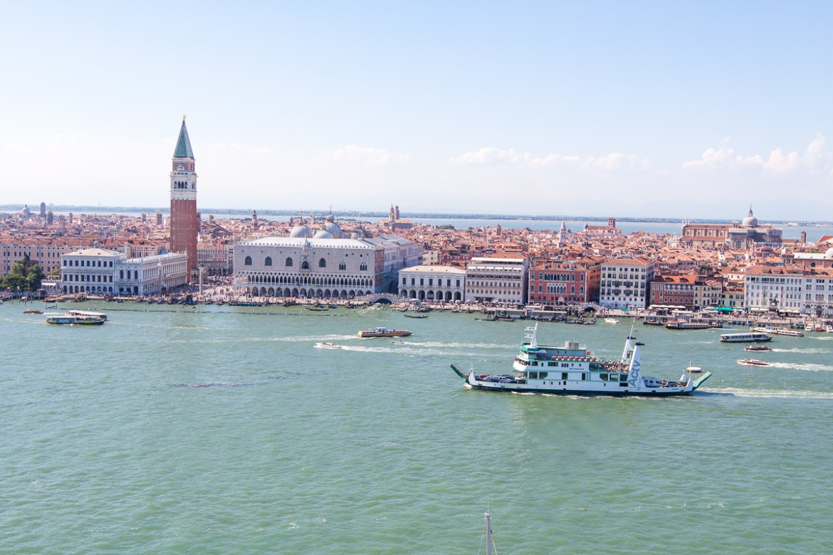 Planning a trip to Italy? A country with so many destination options to choose from. Check out this 16 day Italy Itinerary with ideas in Venice, Florence, Tuscany, Sardinia & Rome! | www.eatworktravel.com - The luxury, adventure couple!
