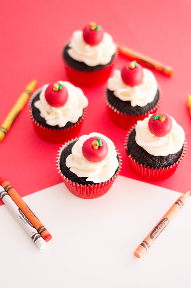 These Fondant Apple Back to School Cupcakes are exactly what you need to kick off a new school year. They are gorgeous and easy to make with fondant apples.