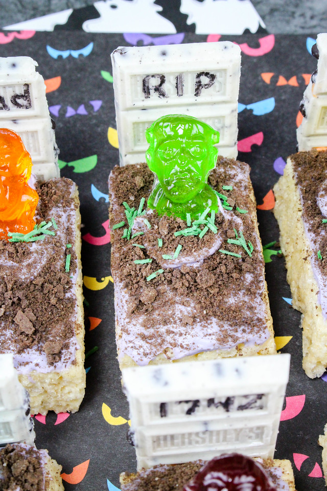 How fun are these Zombies in the graveyard? Easy to make with pre-made Rice Krispie treats! Great for any party or reason for Halloween Treats! #recipe #fun