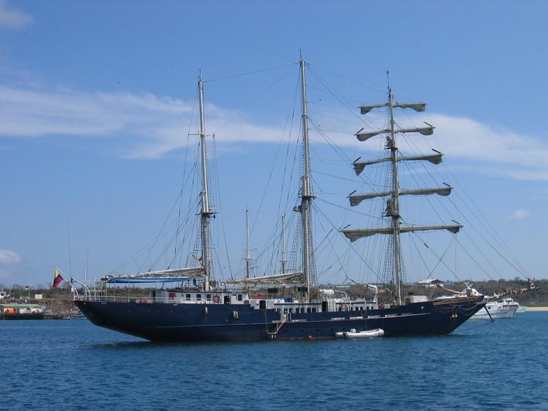 参观加拉帕戈斯群岛——海岸旅行——小岛旅行的船只