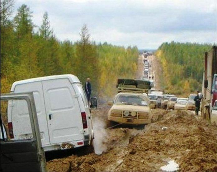 Coches varados en el barro en la Carretera de los Huesos, M56 Kolyma