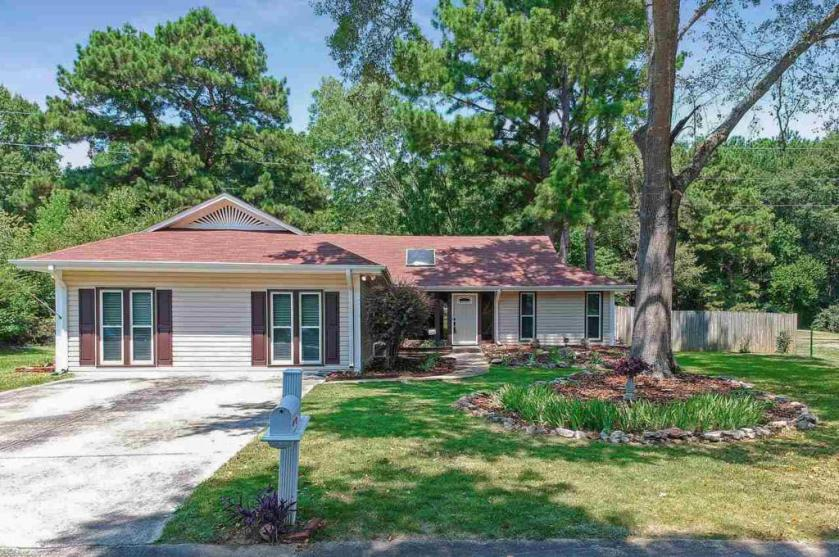 Property for sale at 1624 King Charles Ct, Alabaster,  Alabama 35007