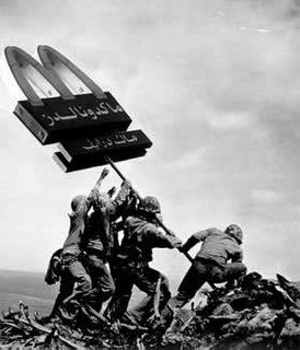 Montaje fotográfico con los soldados norteamericanos colinizando Vietnam. Curiosamente, esta imagen representa el imperialismo de los EE.UU. pero a través del mercantilismo