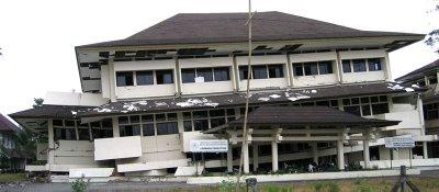 gedung Pusat Penelitian ISI bagian bawah kiri hancur