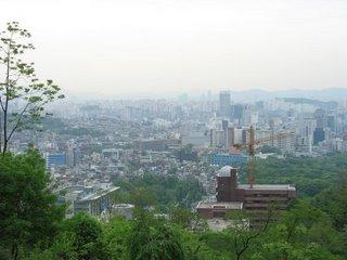 вид на Сеул со склона горы Букаксан
