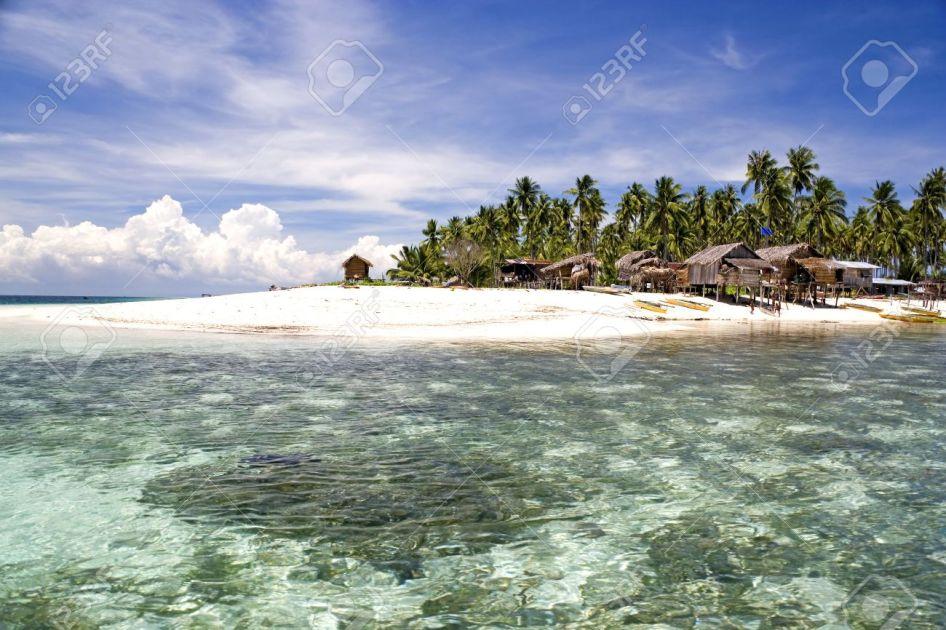 2816467-Imagen-de-una-remota-isla-tropical-de-Malasia-con-profundo-cielo-azul-aguas-cristalinas-atap-chozas--Foto-de-archivo