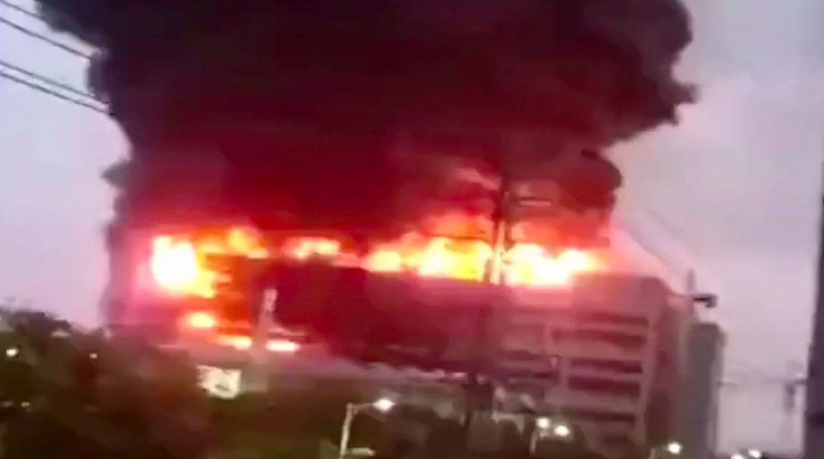 The fire at the Shanghai factory of Shengrui Electronic Technology on Thursday [via 163.com]