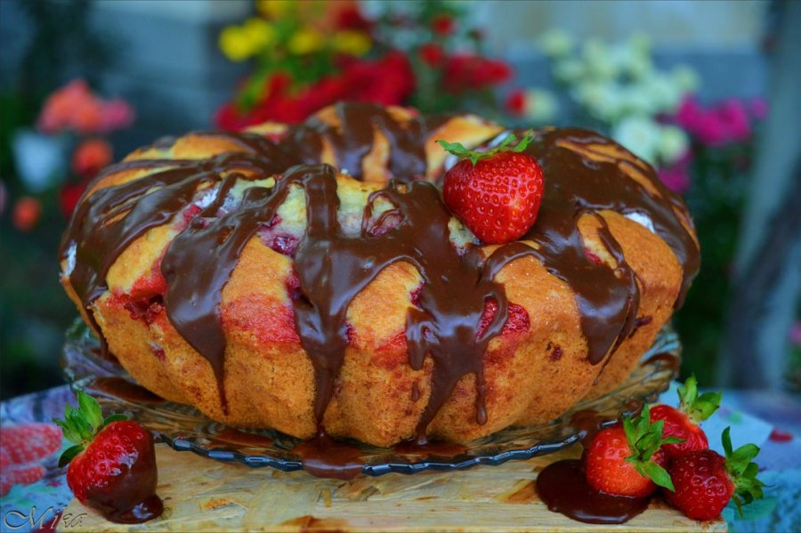 chocolate sauce cake strawberry food photography