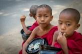 Moines près de Bagan