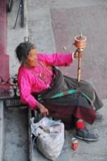 Pélerin près du Jokhang - Lhassa - Tibet