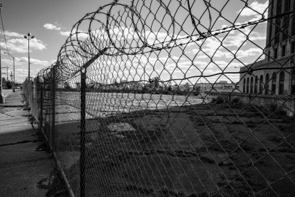 Zaun mit einem Stachdraht sperrt den Zugang zu dem geschlossenen Bahnhof in Detroit, USA September 2015 // Fence with a barbed wire on the top is blocking the way to the closed train station in Detroit, USA. September 2015