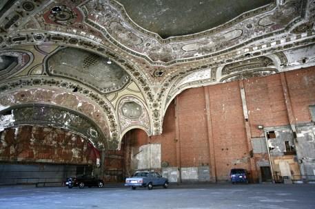 Innenansicht des Michigan Theaters, das geschlossen wurde und nun als Parkhaus verwendet wird. Detroit, USA September 2015 // Inside of Michigan theatre which was closed and is now used as a parking lot in Detroit, USA. September 2015