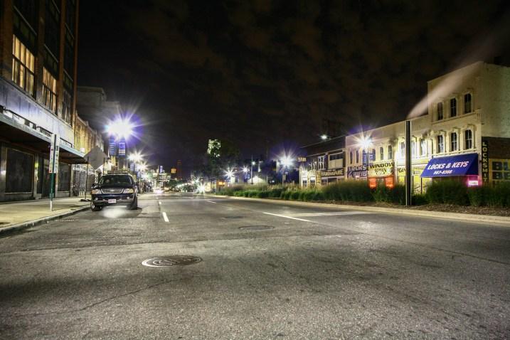 Ford Explorer SUV in den Straßen von Detroit bei Nacht. Detroit, USA. September 2015 // Ford Explorer SUV on the streets of Detroit in the night. Detroit, USA. September 2015