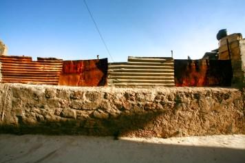 Zaun mit alten, rostigen Blechplatten in Safed, Israel. Juli 2017 // Fence with old and rusty iron plates in Safed, Israel. July 2017
