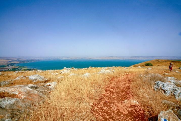 Aussicht vom Wanderweg am Mount Arbel auf den See Genezareth in Tiberias, Israel. Juli 2017 // View from the hiking trail of Mount Arbel on to the Sea of Galilee in Tiberias, Israel. July 2017