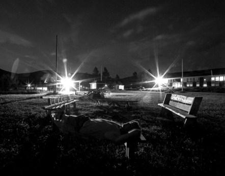 Ein Mann liegt auf einer Holbank und schaut in den Sternenhimmel in der Nacht in Quebec, Kanada. August 2015 // Man lying on a wooden bench, looking at the stars in sky in Quebec, Canada. August 2015