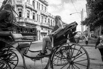 Einheimsiche transportieren einen Touristen aus dem Westen mit einer Pferdekutsche durch die Stadt Havanna, Kuba. November 2015 // Locals transporting western tourists in a horse carriage through the city Havanna, Cuba. November 2015