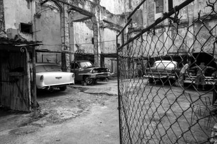 Autowerkstatt repariert oldtimer Fahrzeuge unter freiem Himmel in Havanna, Kuba. November 2015 // Open air car repair shop repairing oldtimer classic cars in Havanna, Cuba. November 2015