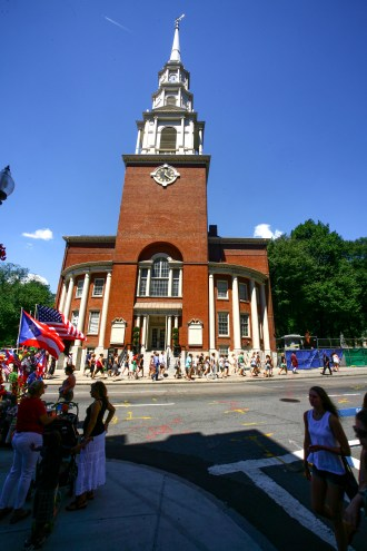 Menschenmenge vor einer amerikanischen Kirche in Boston, USA. August 2015 // A lot of people in front of a american church in Boston, Maine, USA. August 2015
