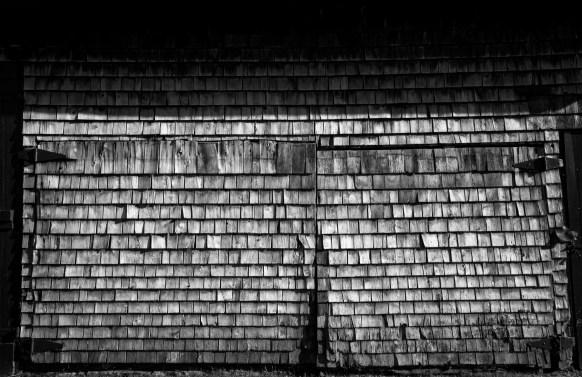 Altes Scheunentor aus Holzschindelauf der Ile de Orleans, Quebec, Kanada. September 2015 // Old barn door made of wood shingles on the Ile the Orleans, Quebec, Canada. September 2015