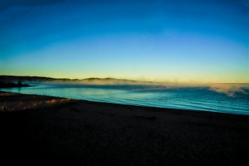 Dampfender See (Lake Superior) im Licht der ersten Sonnenstrahlen in Ontario, Kanada. Oktober 2015 // Lake Superior is steaming while facing the first sunlight in the morning in Ontario, Canada 2015.