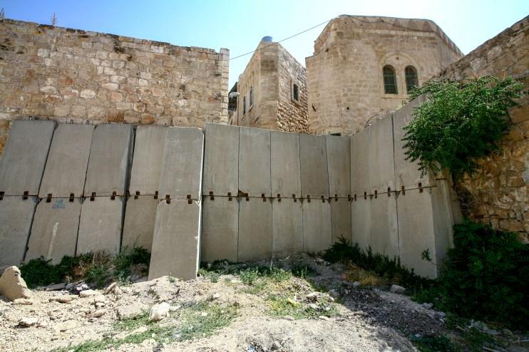 In den Straßen von Hebron werden mit Betonblöcken Straßen abgesperrt. Hebron in Israel/Palästina. Juli 2017 // Concrete blocks are used as barricade in the streets of Hebron, Israel/Palestine. July 2017